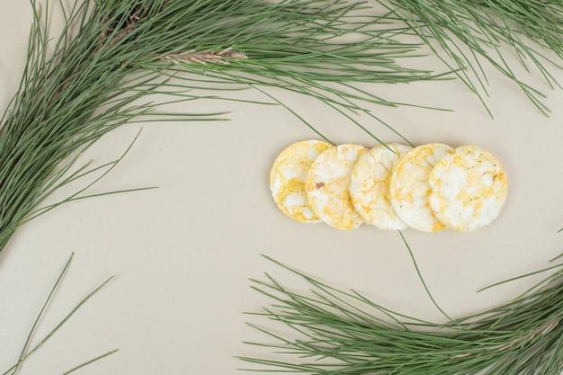 Pilha de bolos de arroz tufado em superfície cinza