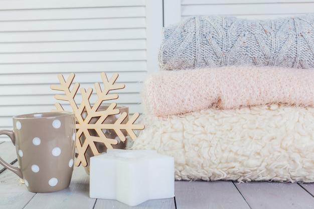 Pilha, de, branca, cozy, malha, camisolas, ligado, um, tabela madeira