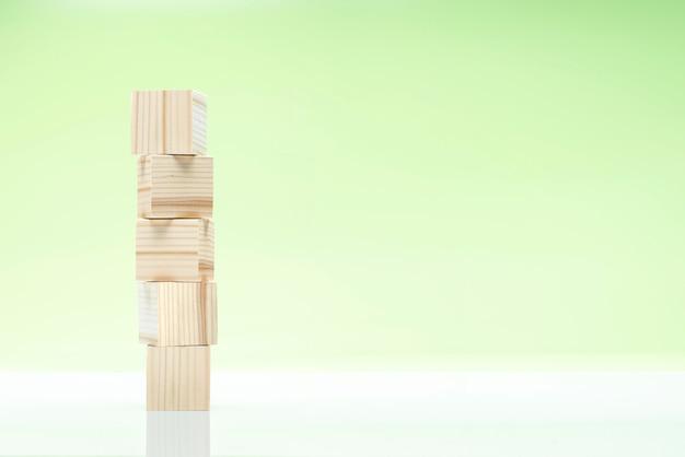 Pilha de brinquedo bloco de madeira na mesa