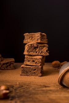 Pilha de brownies de chocolate