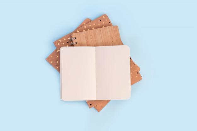 Pilha de cadernos abertos para memórias, deitado sobre uma mesa branca