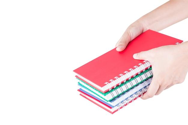 Pilha de cadernos coloridos na mão.