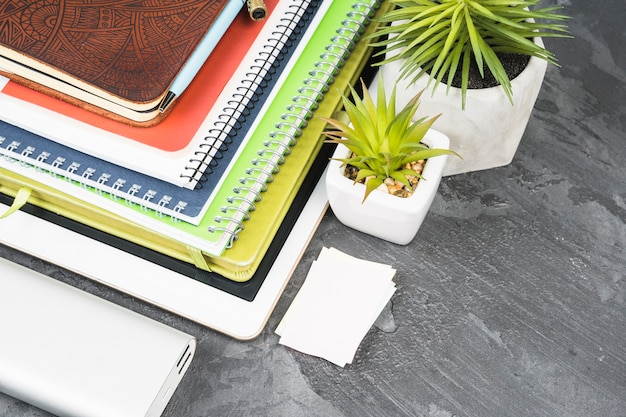 Pilha de cadernos em fundo de ardósia