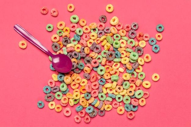Pilha de café da manhã nutritivo cereais com colher