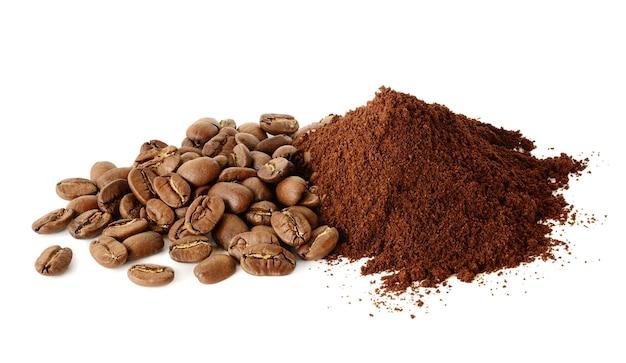 Pilha de café moído e grãos de café isolados em branco
