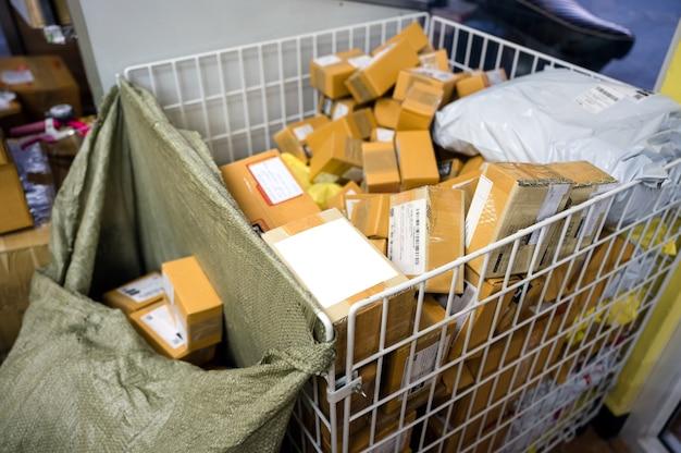 Pilha de caixa de papelão, envio de produtos de compras online na cesta no armazém de distribuição