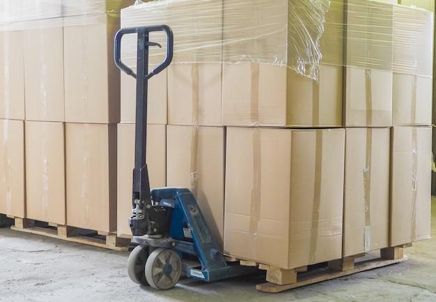Pilha de caixas da caixa na pálete pronta para o transporte.