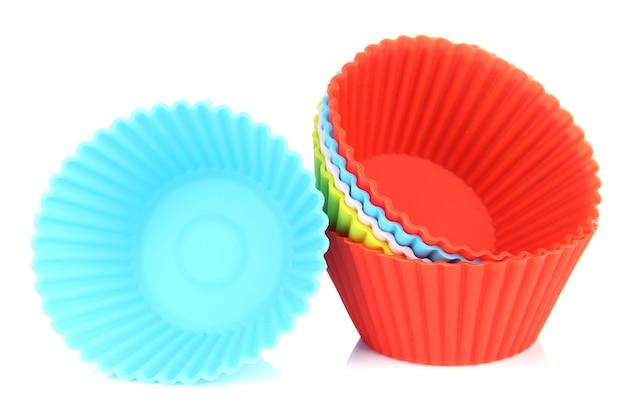 Pilha de caixas de cupcake coloridas isoladas em branco