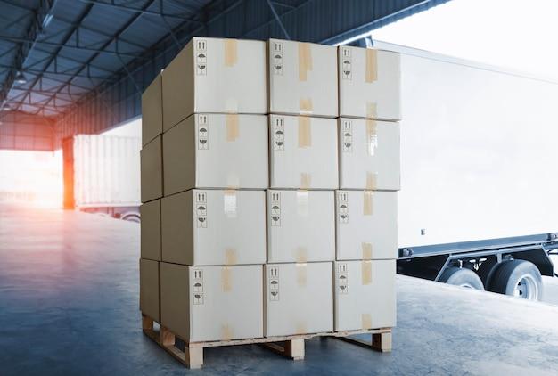 Pilha de caixas de embalagem carregando com transporte transporte de contêineres de carga logística de caminhões de frete de carga