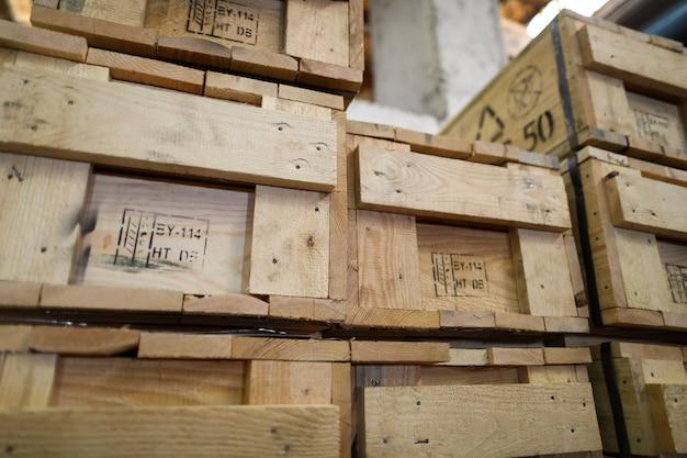 Pilha de caixas de embalagem de madeira velhas em pé na coluna