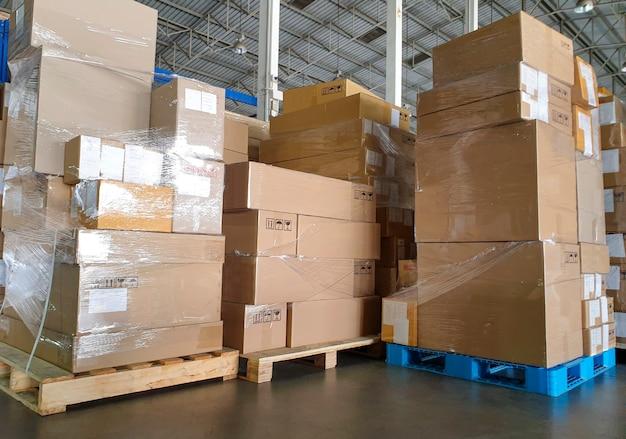 Pilha de caixas de pacotes em paletes no armazém de armazenamento caixas de remessa de logística do armazém