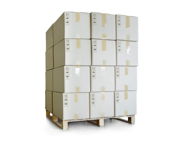 Pilha de caixas de pacotes em paletes sobre fundo branco caixas de remessa logística de comércio