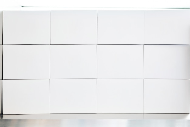 Pilha de caixas de papel branco dispostas