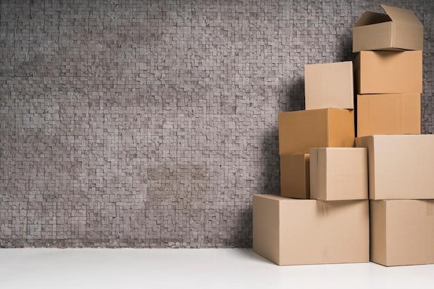 Pilha de caixas de papelão com espaço de cópia
