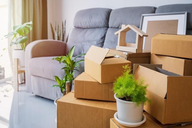 Pilha de caixas de papelão na sala de estar