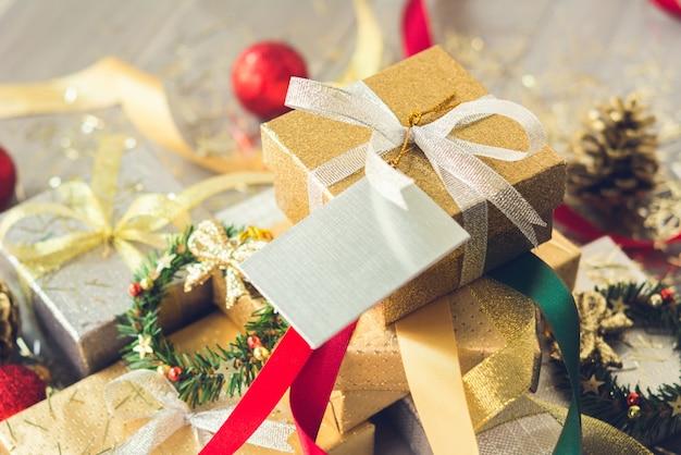 Pilha de caixas de presente de natal embrulhado com papel prata e ouro brilhante