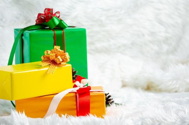 Pilha de caixas de presente em tecido de pelo branco