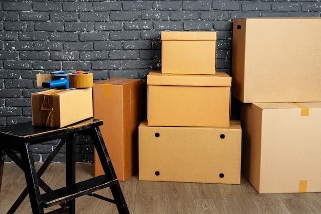 Pilha de caixas e móveis embalados