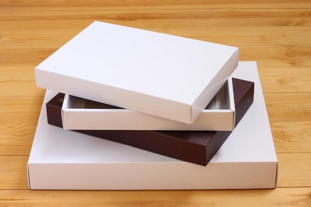 Pilha de caixas em papel colorido sobre fundo de madeira