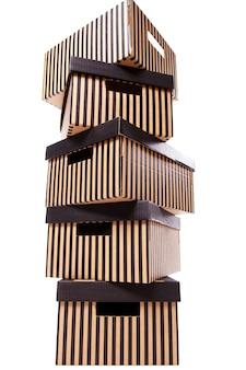 Pilha de caixas listradas