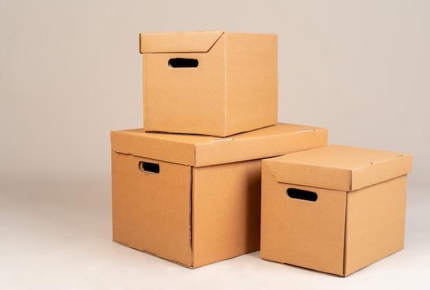Pilha de caixas marrons moxing em cinza
