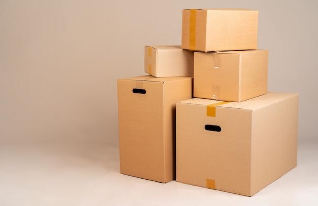 Pilha de caixas moxing marrons no fundo cinza