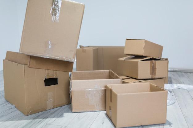 Pilha de caixas vazias