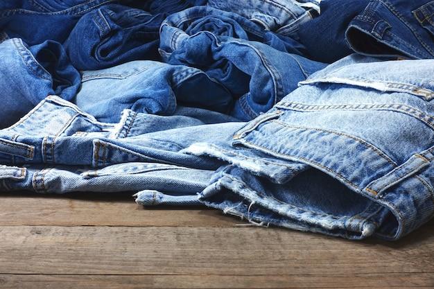 Pilha de calças jeans