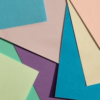 Pilha de camadas de papel coloridas na vista superior