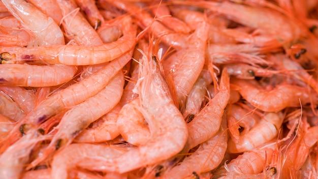 Pilha de camarão fresco no mercado