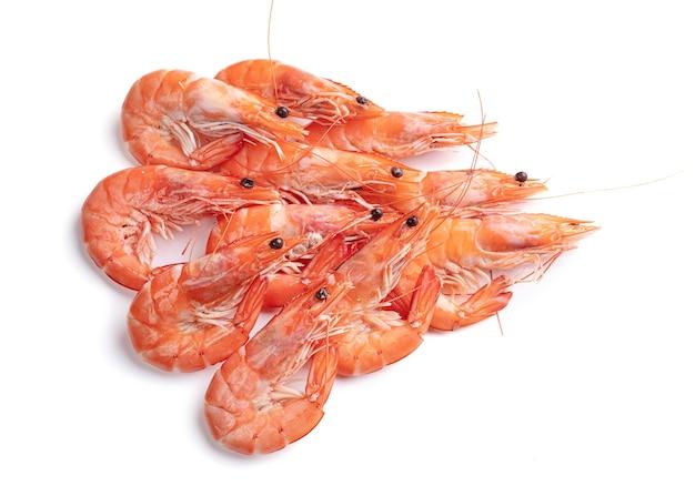 Pilha de camarões cortada em uma superfície branca
