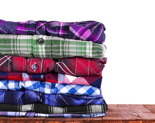 Pilha de camisas em fundo de madeira