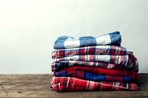 Pilha de camisas quadriculadas