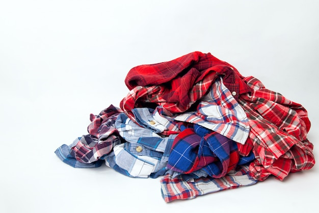 Pilha de camisas xadrez coloridas de roupas masculinas
