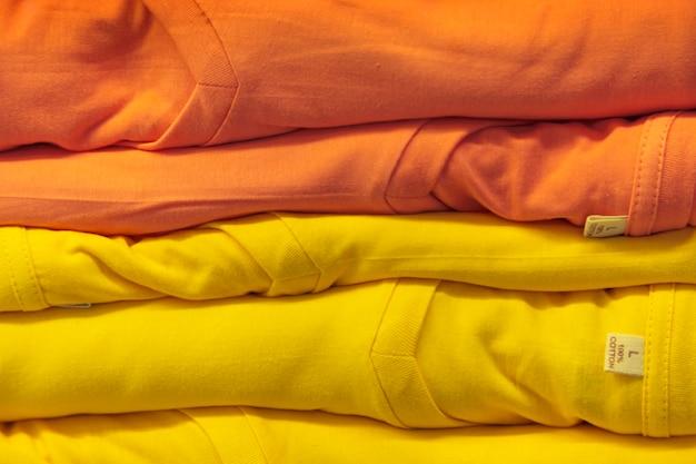 Pilha de camisetas coloridas