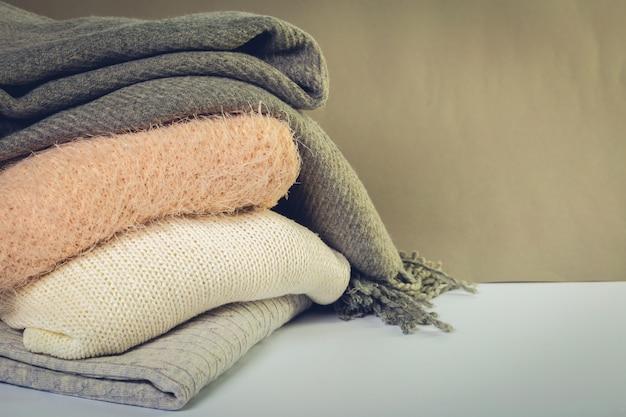 Pilha de camisolas de malha acolhedoras