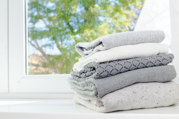 Pilha de camisolas de malha aconchegantes brancas