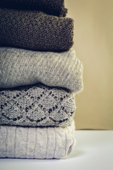 Pilha de camisolas de malha aconchegantes