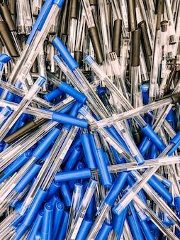 Pilha de caneta esferográfica em papelaria