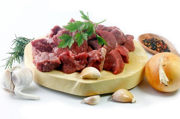 Pilha de carne em cubos crua picada pilha cubo isolada sobre fundo branco