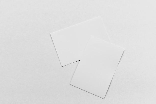 Pilha de cartão de visita em fundo branco de papel