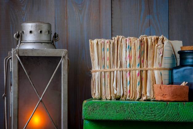 Pilha de cartas antigas com uma lâmpada