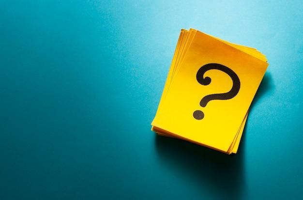 Pilha de cartões amarelos coloridos com ponto de interrogação