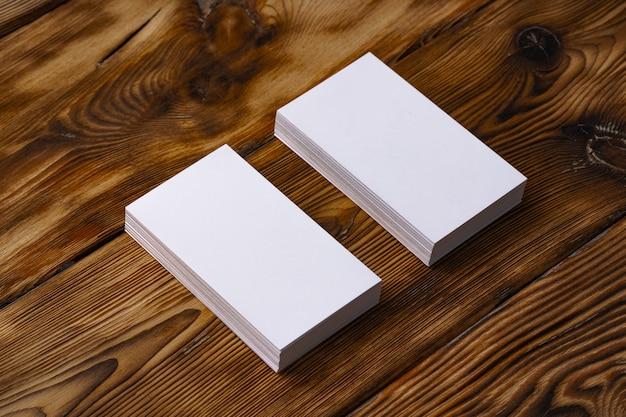 Pilha de cartões brancos na mesa de madeira marrom