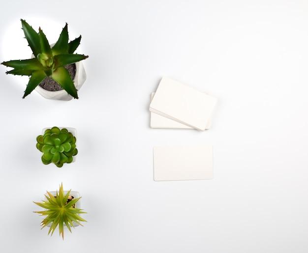 Pilha de cartões de visita em branco de papel retangular branco