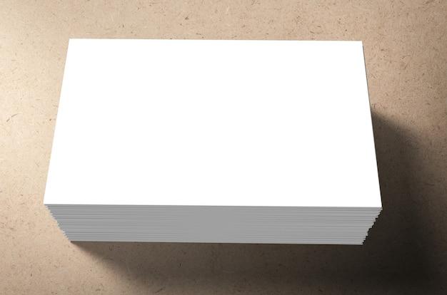 Pilha de cartões de visita em branco em fundo marrom
