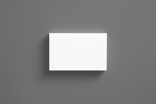 Pilha de cartões de visita em branco, isolada na vista superior cinza