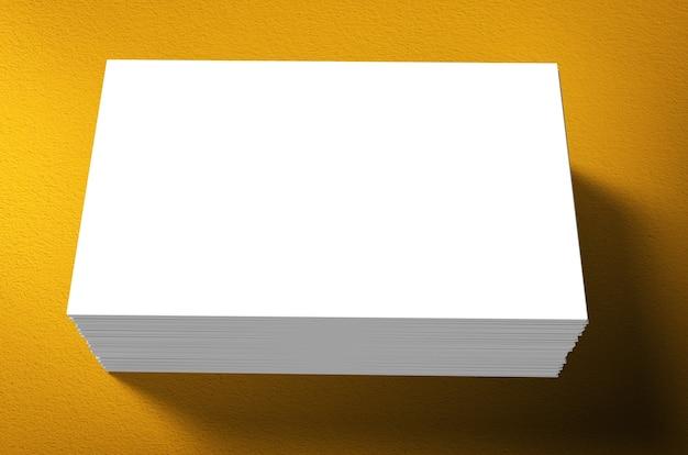 Pilha de cartões de visita em branco sobre fundo amarelo