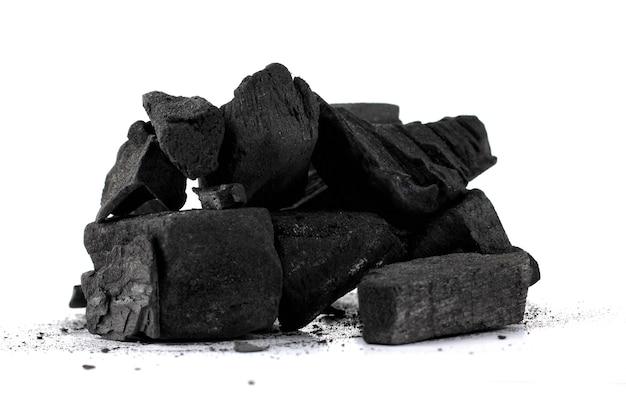 Pilha de carvão vegetal de madeira natural isolada no fundo branco.