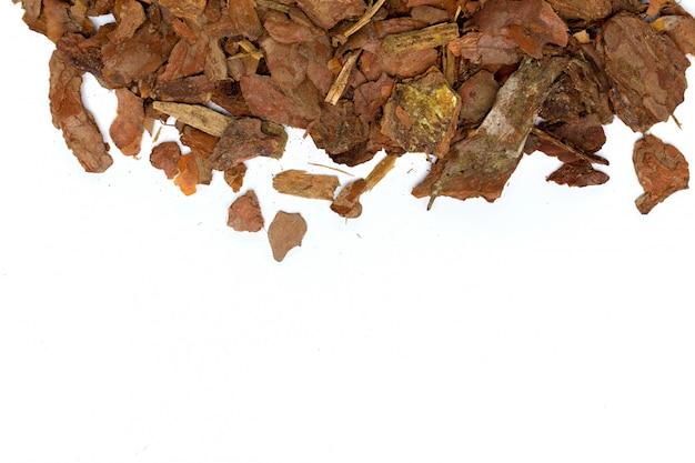 Pilha de casca de pinheiro isolado